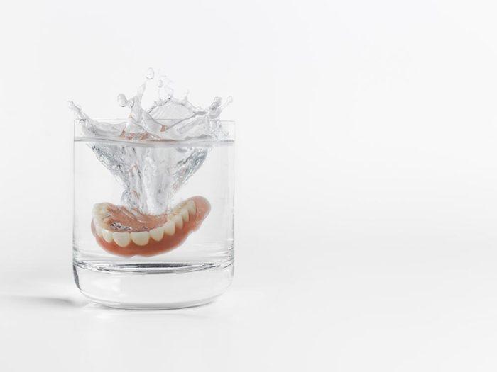 Mauvaise haleine: nettoyez votre dentier.