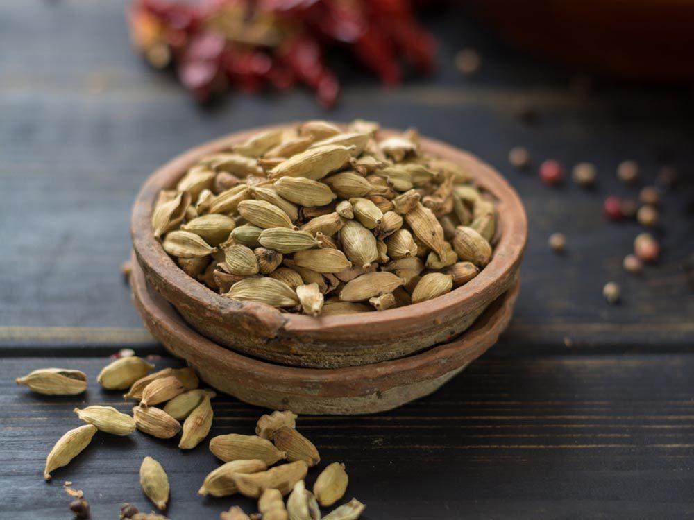 Machez des graines de cardamome pour réduire la mauvaise haleine.