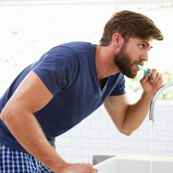 Prévenez la mauvaise haleine en gardant une bonne hygiène dentaire.