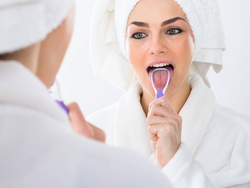 La mauvaise haleine peut provenir d'un problème d'hygiène de la langue.