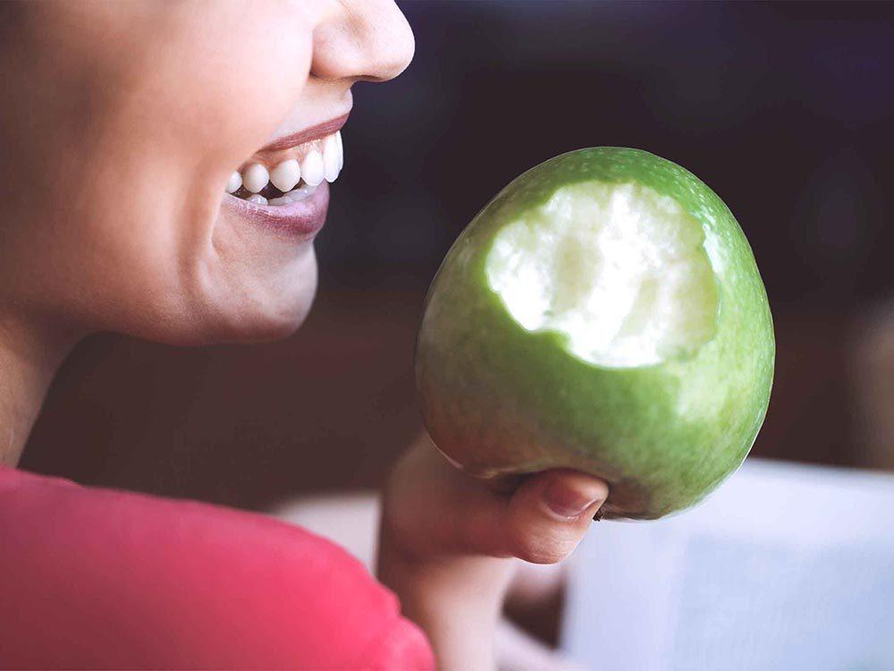 Mauvaise haleine: privilégiez des aliments mous pour nettoyer les dents.