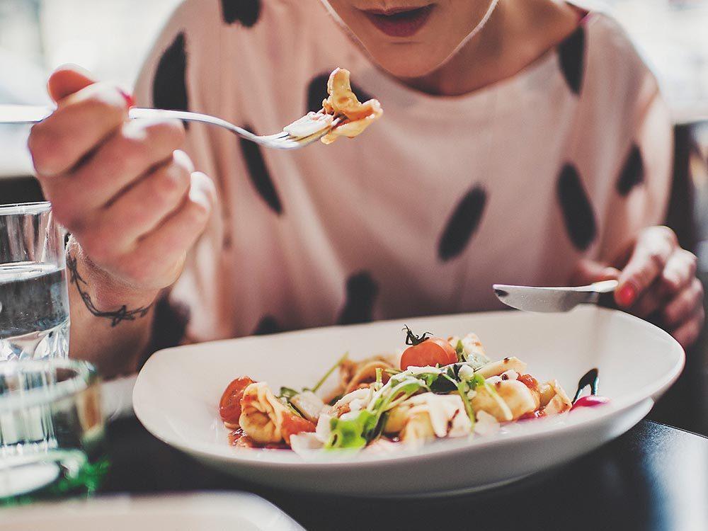 Pour lutter contre la mauvaise haleine, ne sauter pas de repas.