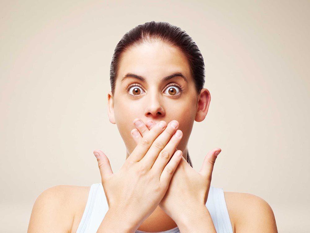 Reconnaitre les symptômes d'une mauvaise haleine.