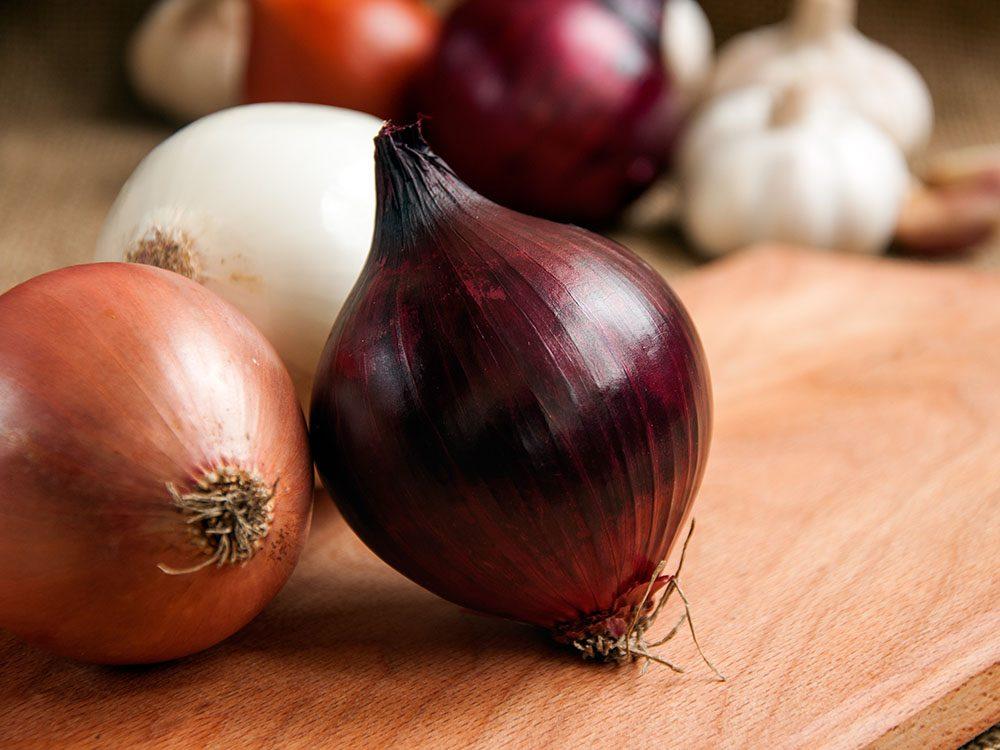 Pour soulager les piqures d'insectes, frottez-y une tranche d'oignon ou de l'ail écrasé.