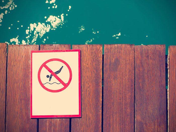 Attention au risque de noyade à la piscine publique.