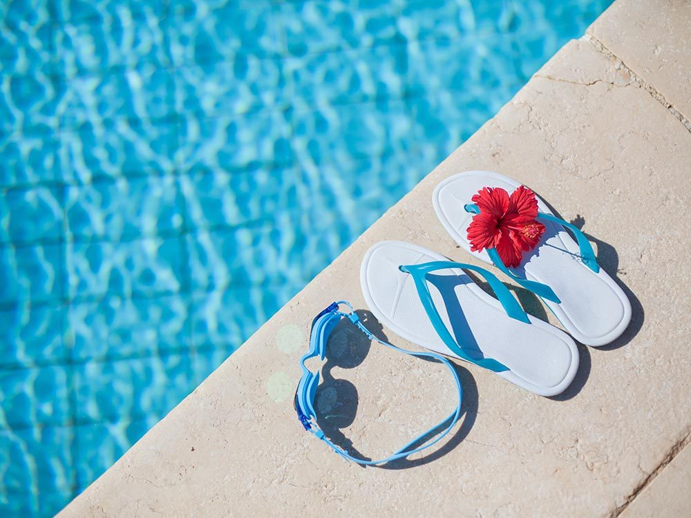 Ne propagez pas de virus à la piscine publique, portez des tongs.