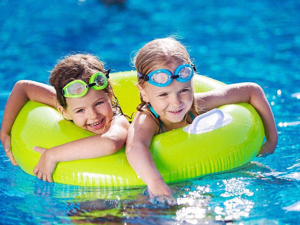 À la piscine publique, restez attentifs et surveillez vos enfants.
