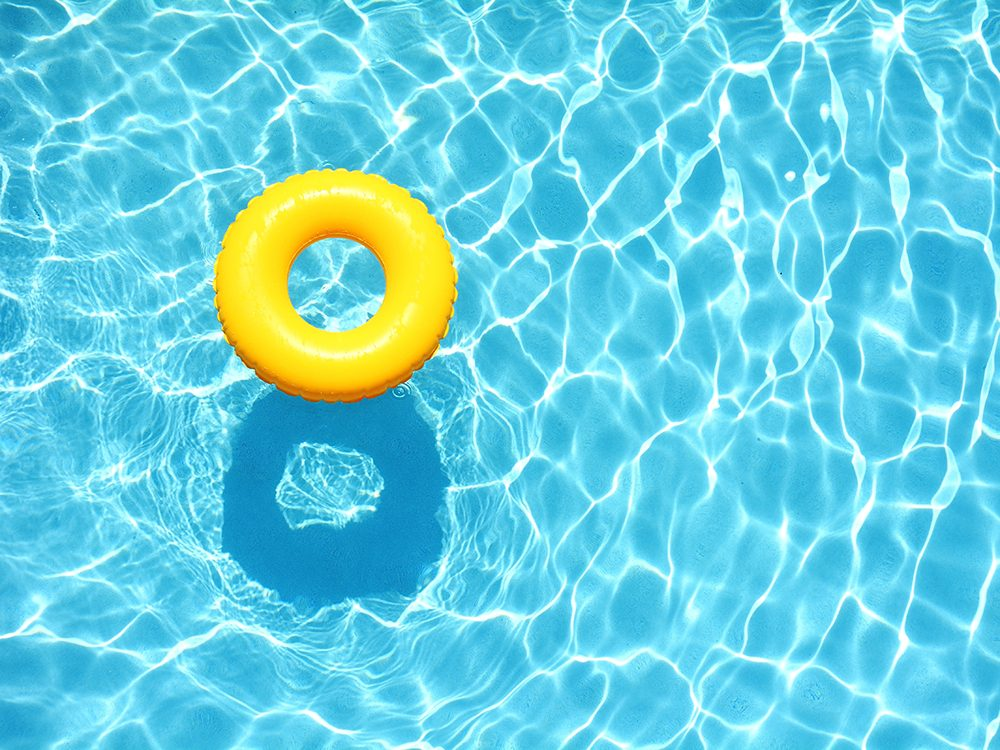 À la piscine publique, le soleil et l'eau peuvent provoquer une somnolence chez le surveillant-sauveteur.