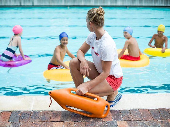 Les surveillants-sauveteurs de la piscine publique: jeunes mais compétents.