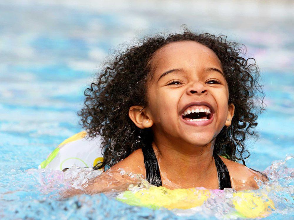 À la piscine publique, les surveillants-sauveteurs sont occupés, restez vigilants et occupez-vous de vos enfants.