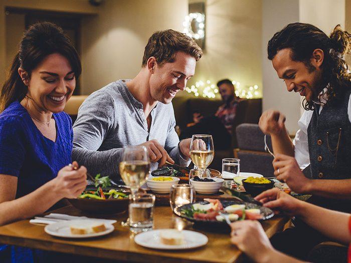 Règle de politesse et de savoir-vivre: Attendez que tout le monde soit servi avant de commencer à manger.