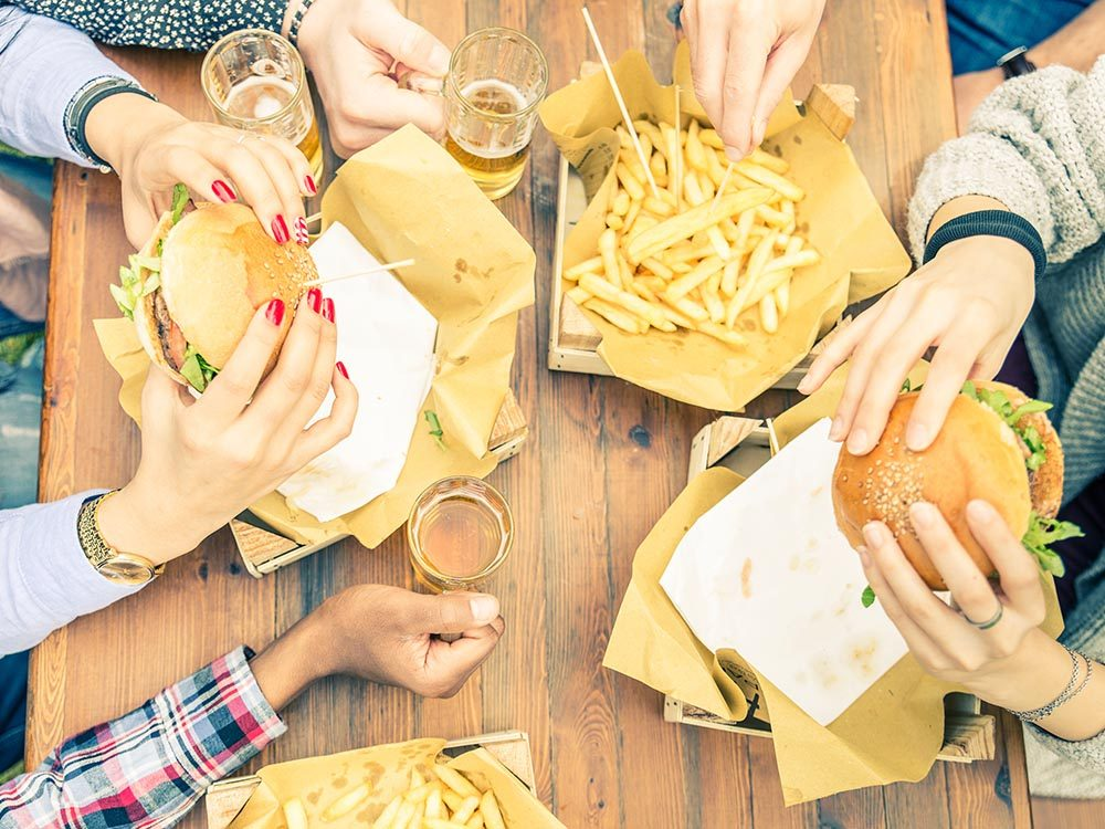 Facteurs de risque du prédiabète: mangerdes aliments à haute teneur en gras.