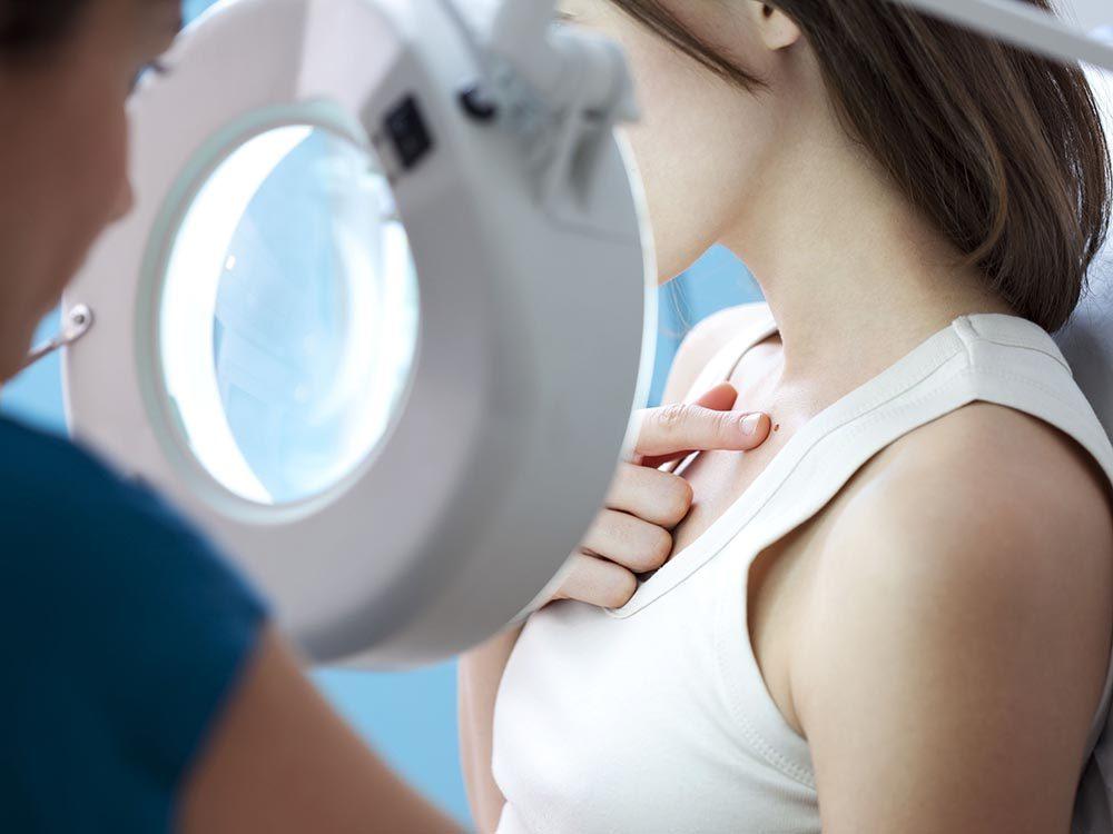 Symptômes du prédiabète: nouvelles tâches sombres sur la peau.