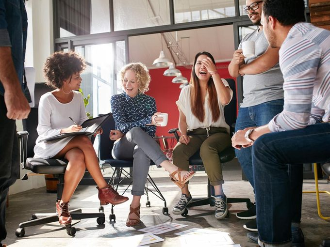 Pour se détendre au travail, entretenez de bonnes relations avec vos collègues.