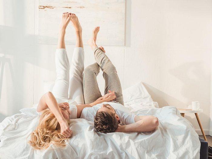 Pour se détendre, tendez vos jambes en l'air.