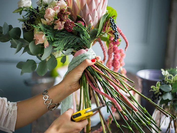 Pour se détendre au travail, mettez des fleurs sur votre bureau.