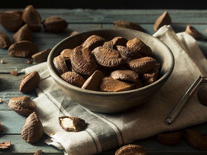 On aime les vertus des noix du Brézil, notamment leur action préventive contre l'acné.