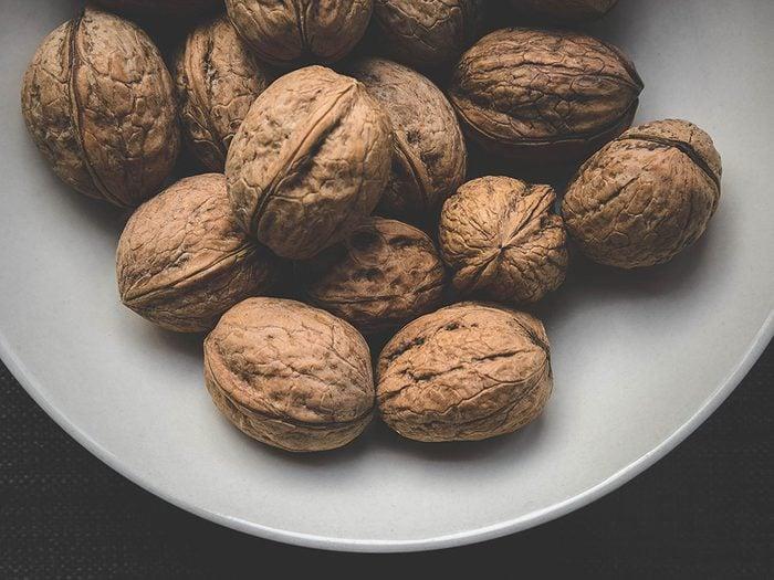 L'une des vertus des noix de Grenoble est leurs richesses en acide alpha linolénique gardant le cerveau en santé.