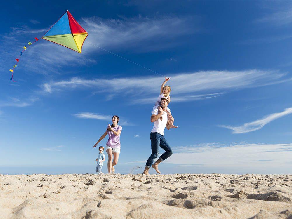 Activités estivales: construisez un cerf volant en famille.