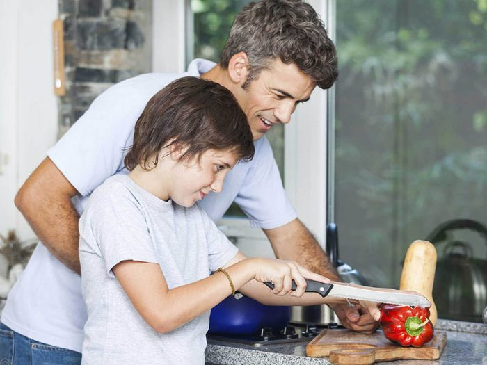 Apprendre aux enfants à cuisiner les incitera à avoir une alimentation saine à l'âge adulte.