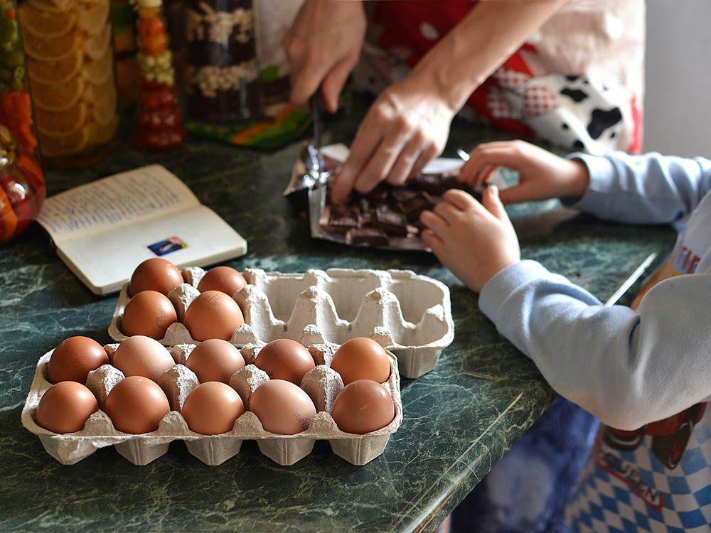 Apprendre aux enfants à cuisiner les incitera à finir leur assiette.