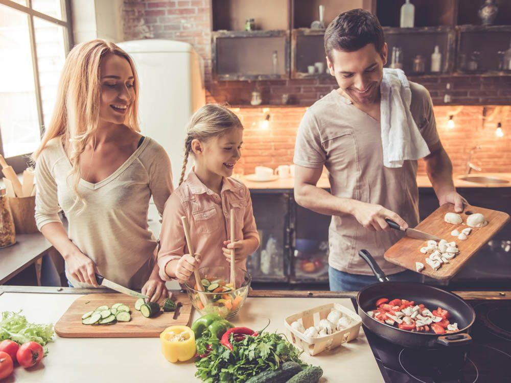 Apprendre aux enfants à cuisiner: laissez faire tout seul et apportez seulement l'aide dont ils ont besoin.
