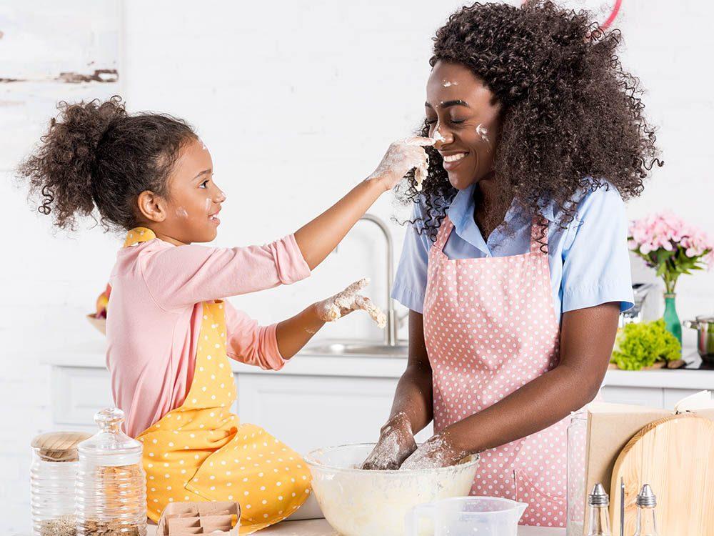 Apprendre aux enfants à cuisiner leur plat préféré sera plus motivant.
