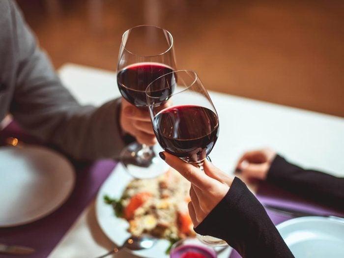 Les bonnes manières à table en Australie: apportez votre vin.