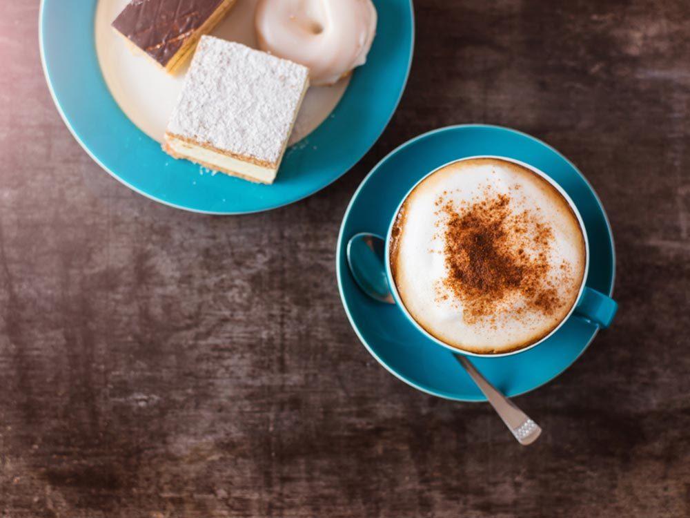 Les bonnes manières à table en Autriche: soyez précis lorsque vous commandez un café.