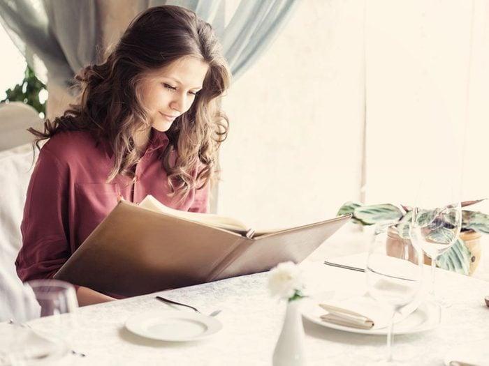 Les bonnes manières à table en France: faites plaisir à madame.