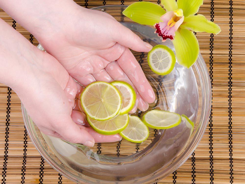 Les bonnes manières à table en Inde: le bol d'eau citronnée sert à se laver les mains.