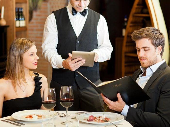 Les bonnes manières à table en Italie: ne mangez pas avec la cuillère.