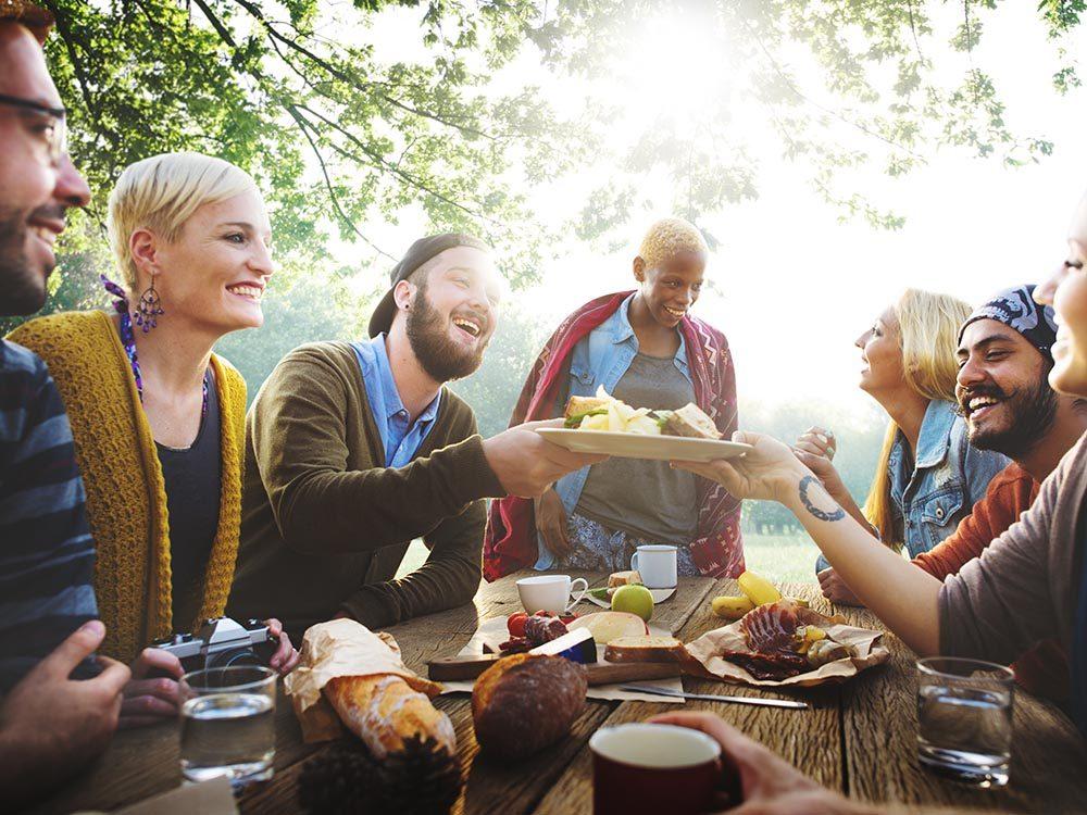 Les bonnes manières à table au Pays-Bas: mangez chez des locaux.