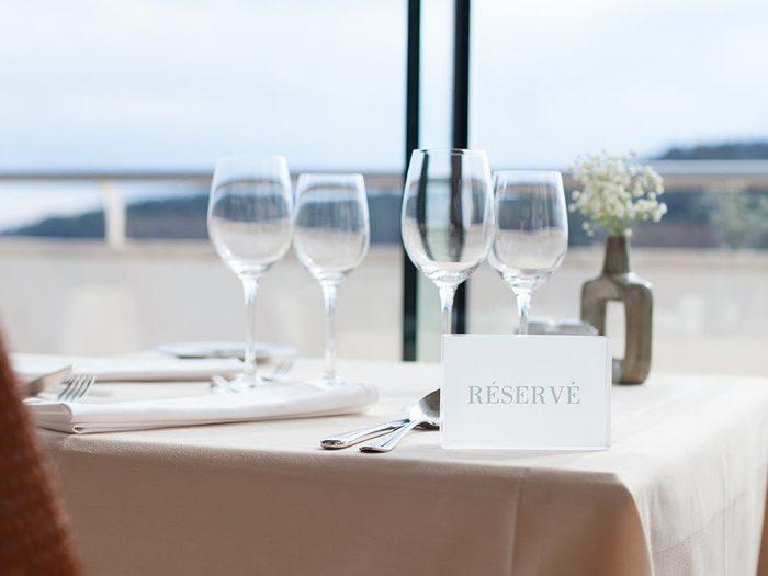 Les bonnes manières à table au Royaume-unis: réservez la meilleure table.