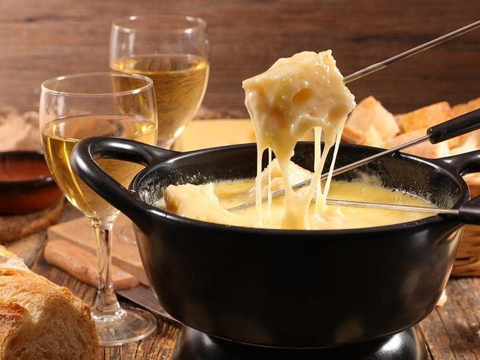 Les bonnes manières à table en Suisse: les fondues se mangent en hiver.