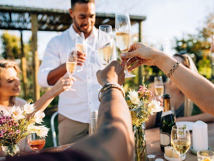 Les bonnes manières à table à Taïwan: ne frappez pas sur votre verre pour porter un toast.
