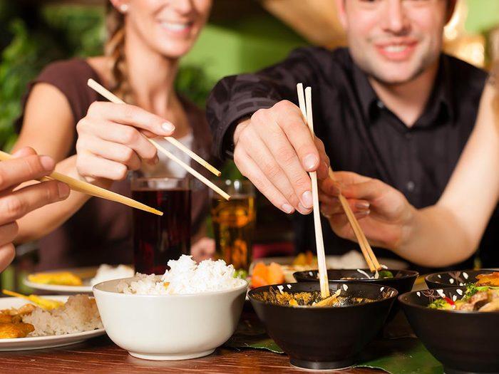Les bonnes manières à table en Thaïlande: dites du bien de la cuisine.