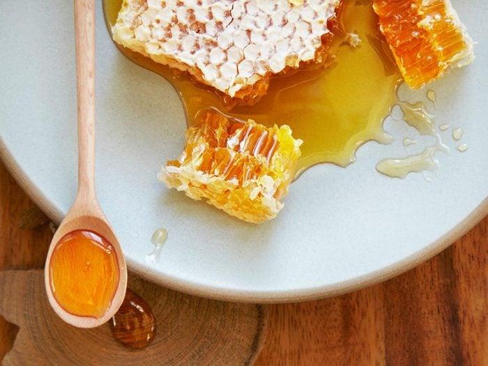 En cas de brûlures, utilisez du miel.