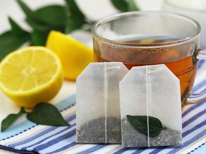 Sur vos brûlures, appliquez des poches de thé noir.