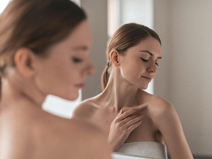 Détectez un possible cancer de la peau en inspectant votre corps une fois par mois.