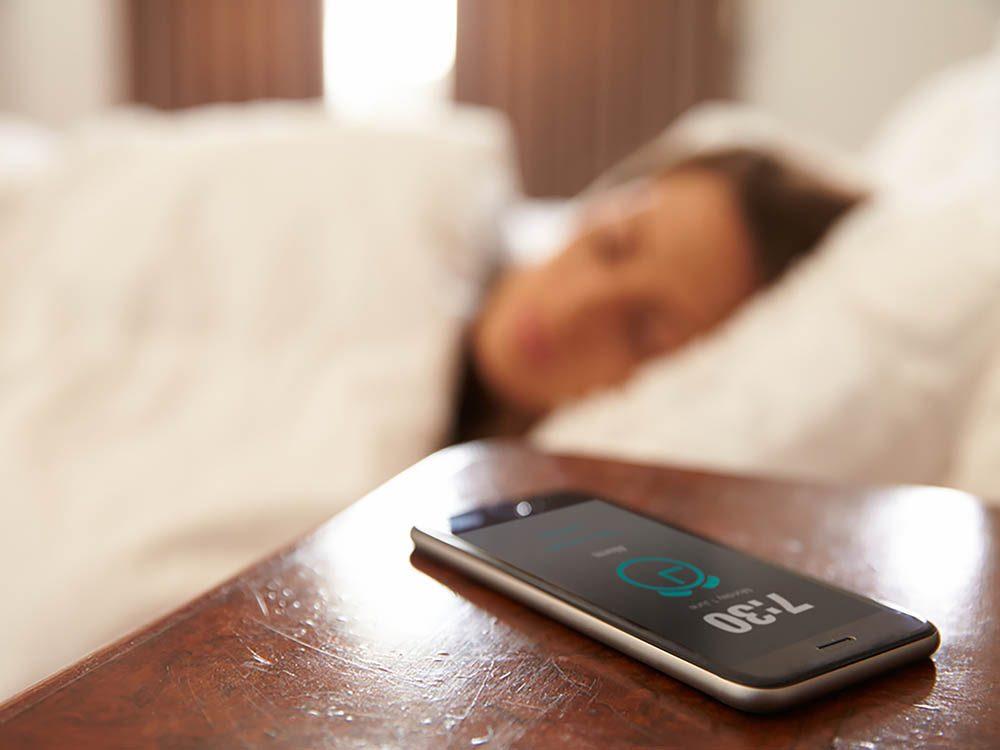 Reconvertissez votre cellulaire usagé en réveille-matin.