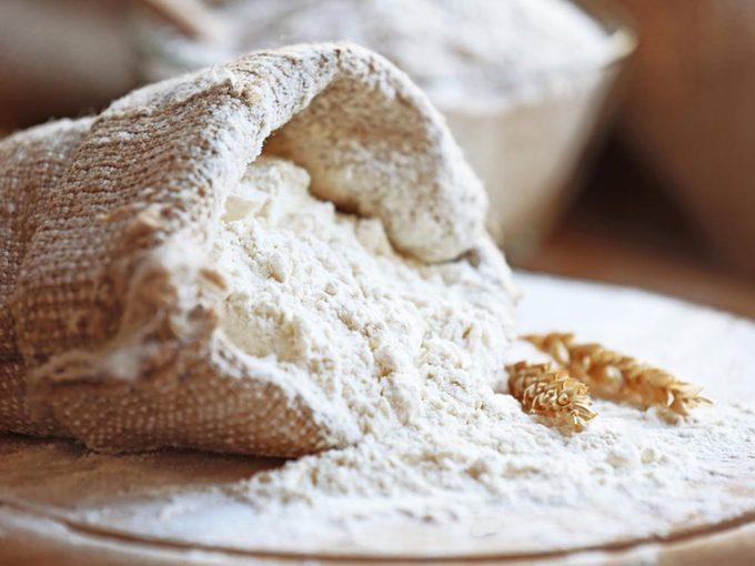 Le colibacille peut être présent dans la farine sèche.