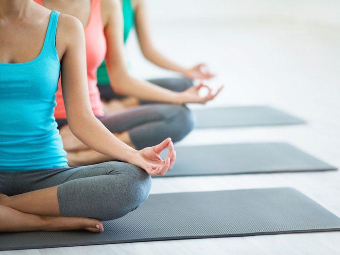 Vous pouvez augmenter votre énergie pendant votre cours de yoga, en changeant quelques habitudes alimentaires.