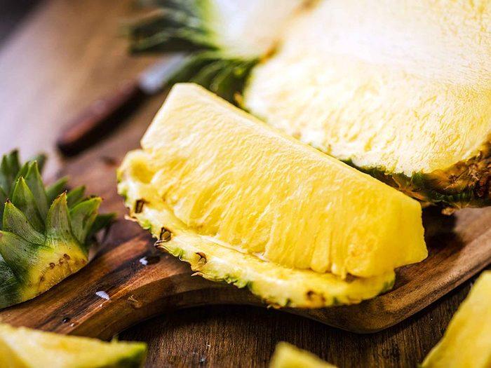 Pour cuisiner rapidement l'ananas, coupez le dans le sens de la longueur.