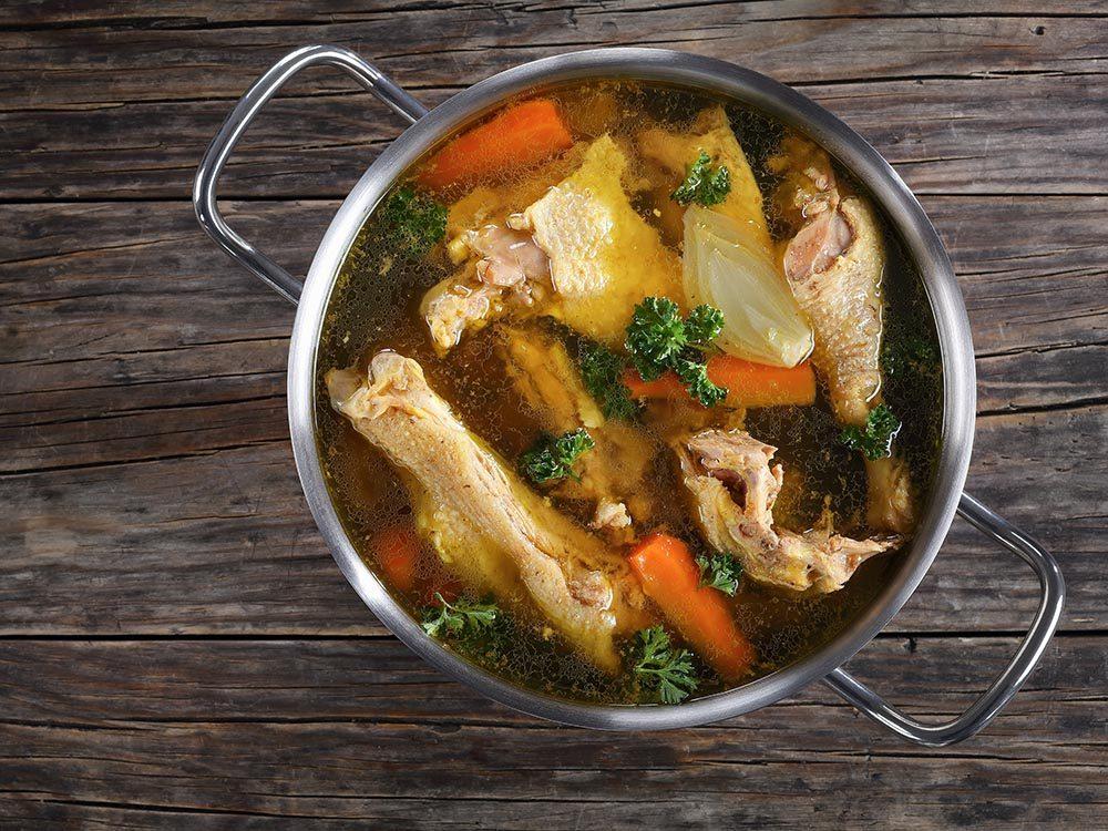 Pour cuisiner rapidement le bouillon, utilisez vos restes de poulet.