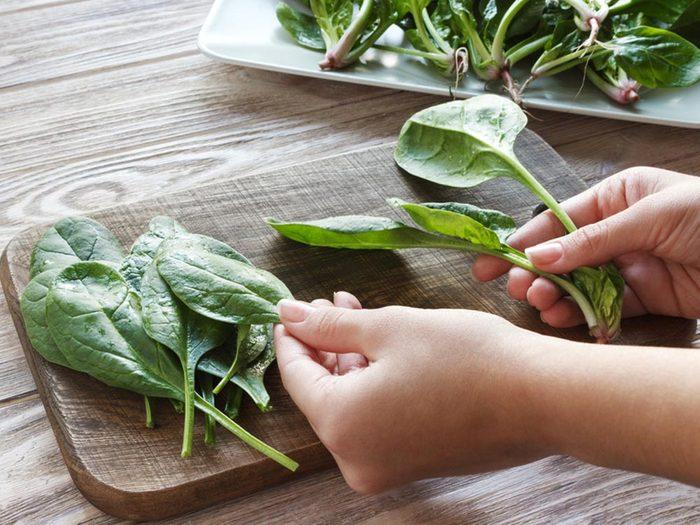 Pour cuisiner rapidement, plongez les épinards dans l'eau bouillante.