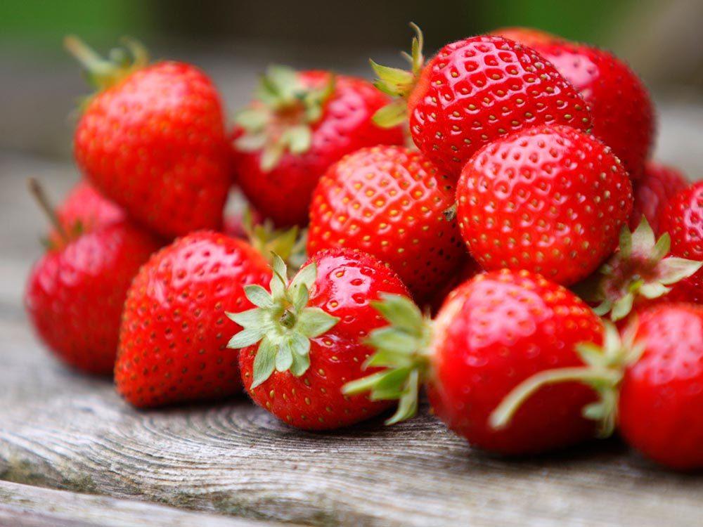 Pour cuisiner rapidement, retirez la tige des fraises au couteau.