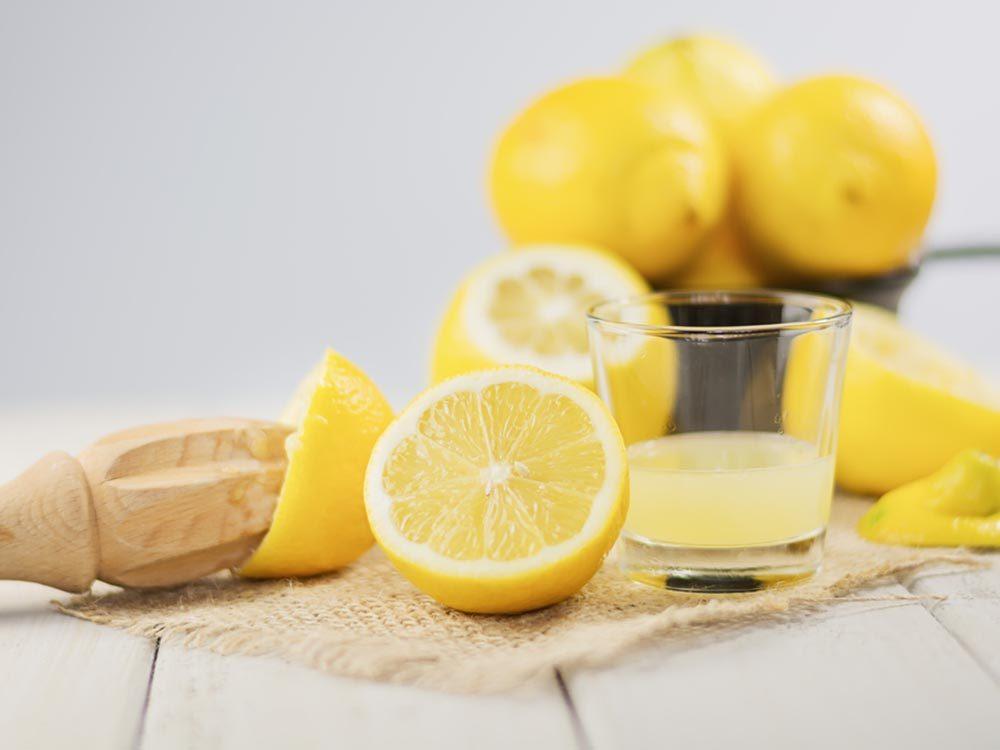 Pour cuisiner rapidement le citron, passez-le au micro-onde pour en extraire plus facilement le jus.