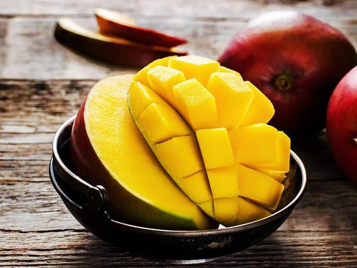 Pour cuisiner rapidement la mangue, coupez-la dans la longueur et quadrillez la chair.