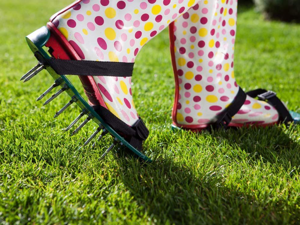 Pour l'entretien de la pelouse: laissez la respirer.